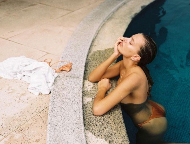 Bregje Heinen Sexy Topless Pics 12