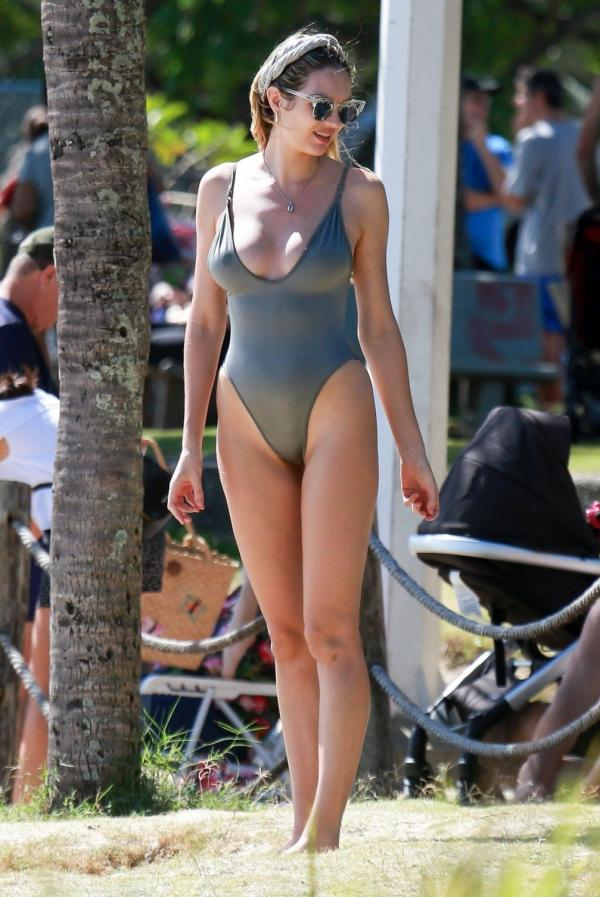 Candice Swanepoel Sexy Photos 14