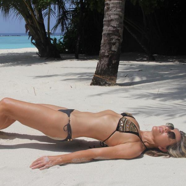Elizabeth Hurley Sexy Topless Photos 39