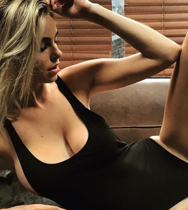 Elizabeth Turner Nude Sexy Photos 11
