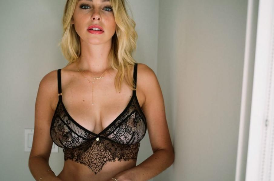 Elizabeth Turner Nude Sexy Photos 15