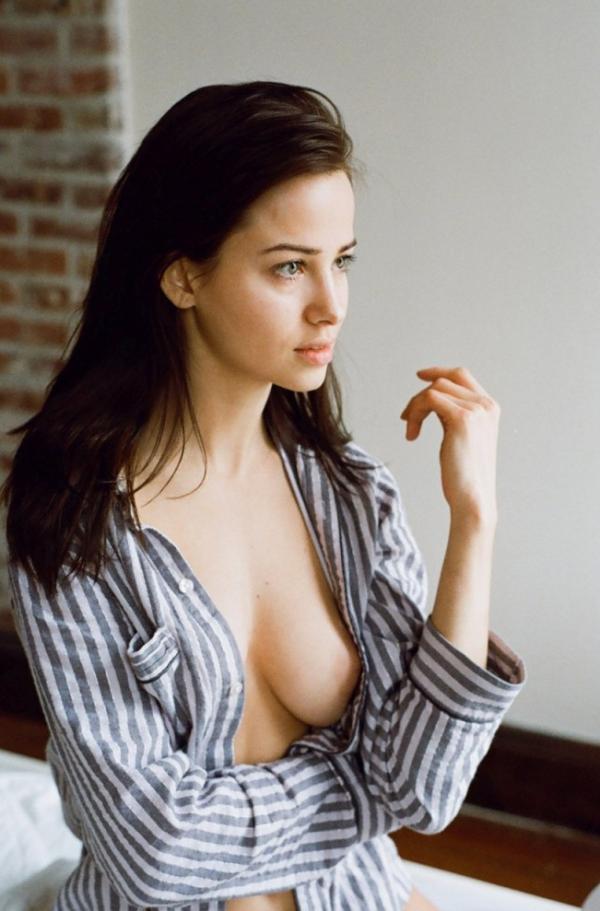 Leticia Peres Topless Photos 3