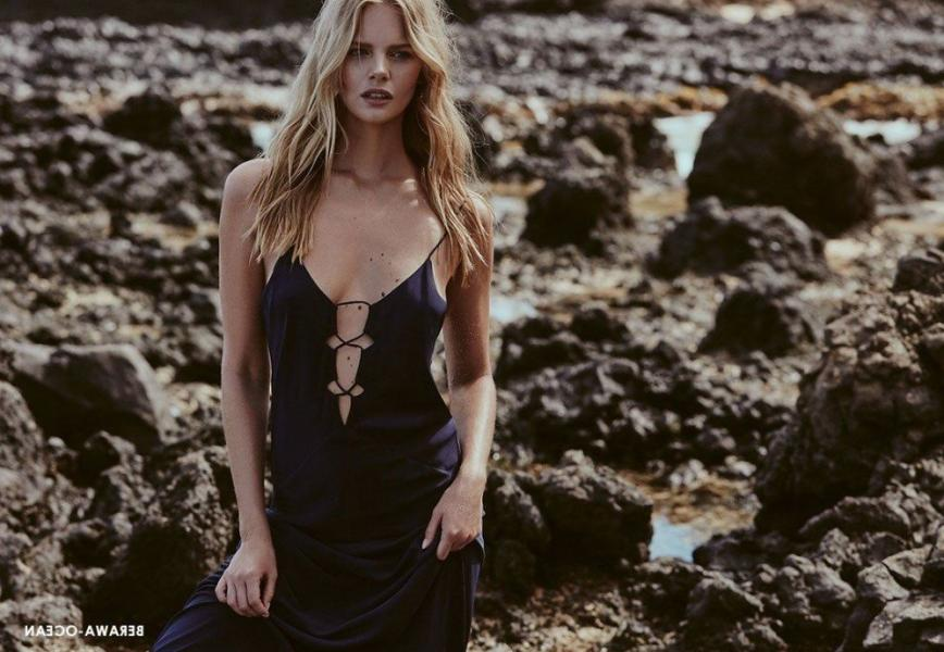 Marloes Horst Sexy and Topless 54